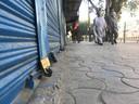 Een gesloten winkel in Jalalabad, nadat de taliban de stad veroverde.