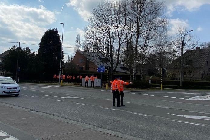 Een twintigtal aspirant-politie-inspecteurs kregen dinsdag praktijkles verkeersregeling op kruispunt De Ommegang in Lede.