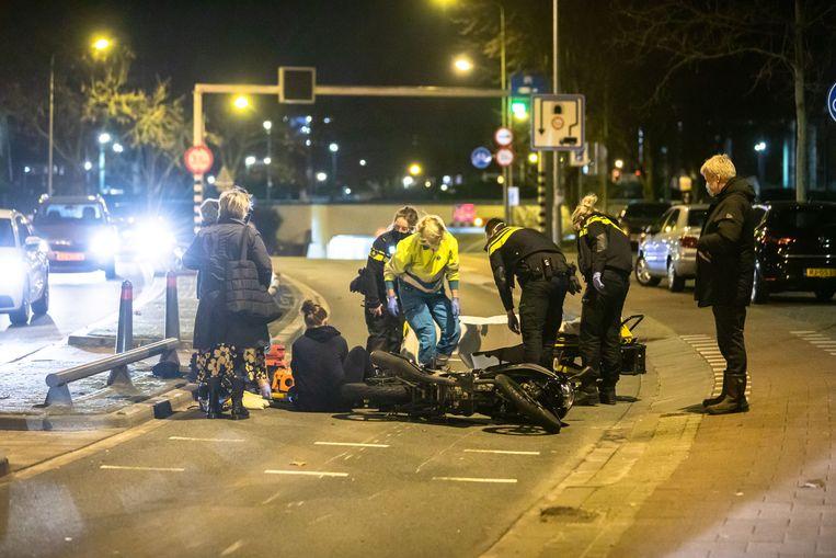 Politie en ambulancemedewerkers helpen na een aanrijding in Hilversum. Beeld Caspar Huurdeman