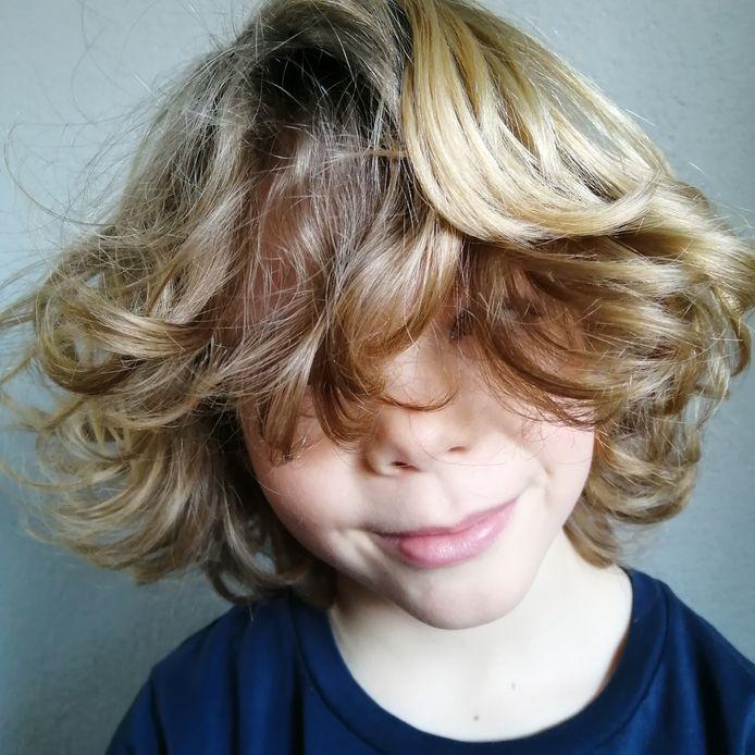 Dit is Joep. Sinds hij niet meer naar de kapper kan, denken sommige mensen dat hij een meisje is, vertelt zijn moeder.