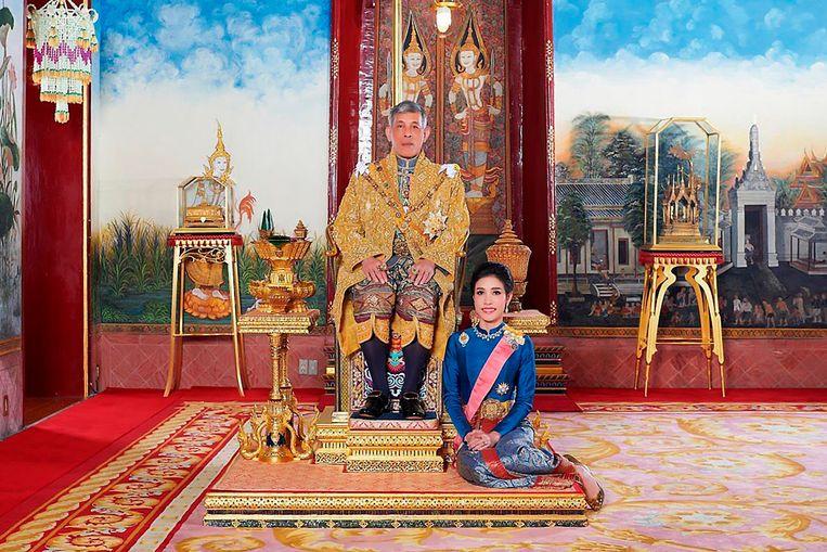 Maha Vajiralongkorn met generaal-majoor Sineenatra Wongvajirabhakdi, de 'koninklijke gezellin'.  In 2019 raakte zij tijdelijk al haar titels kwijt, maar deze heeft ze in september weer teruggekregen omdat ze volgens het hof niet langer 'besmeurd' is. Beeld AP
