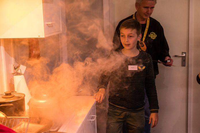 Veiligheid in huis, het voorkomen van brand en hoe ontsnap ik een huis waar rook het zicht belemmert.  Leerlingen van een basisschool in Enschede ondervinden het aan den lijve. De Risk Factory is daar een groot succes.