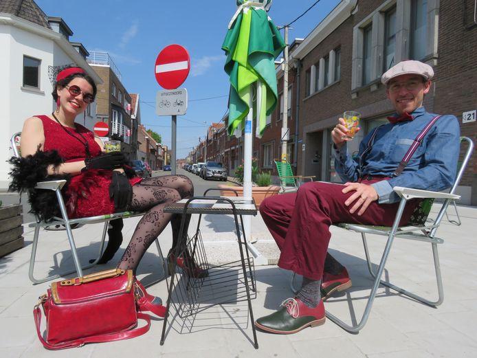 Klanten Lore Gillis en Willem Hantson hebben een gepaste outfit aangetrokken.