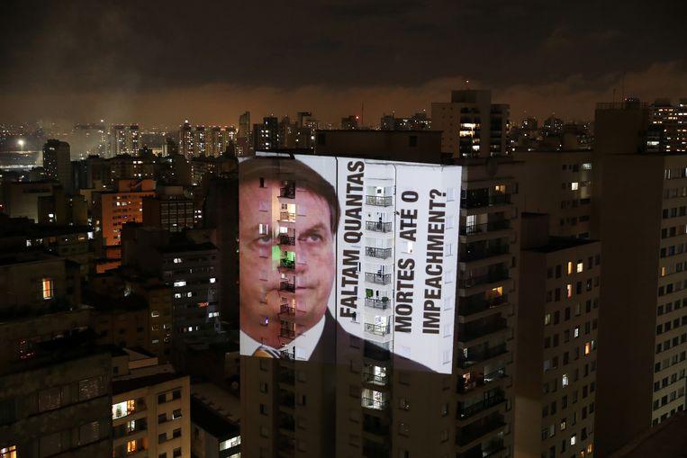 De Braziliaanse president Jair Bolsonaro bagatelliseert de pandemie, terwijl het land het hoogste aantal coronabesmettingen wereldwijd heeft na de VS en India. Beeld REUTERS