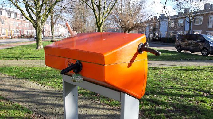 De brievenbus aan de Weurtseweg. Met drie dildo's en een vetbol voor vogels eraan.