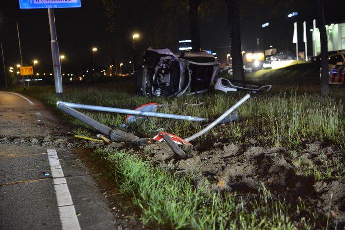 Auto belandt op zijkant na botsing tegen lantaarnpaal in Breda.