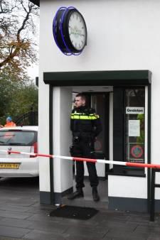 Politiemacht doet onderzoek in coffeeshop De Steeg in Woerden