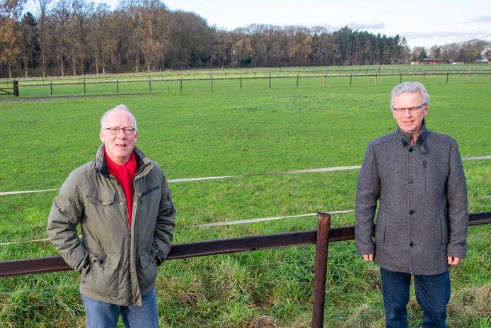Jos Scholten (l) en Gerard van der Weerd hebben met 25 andere huishoudens bezwaar aangetekend tegen woningbouw in Dalfsen-west.