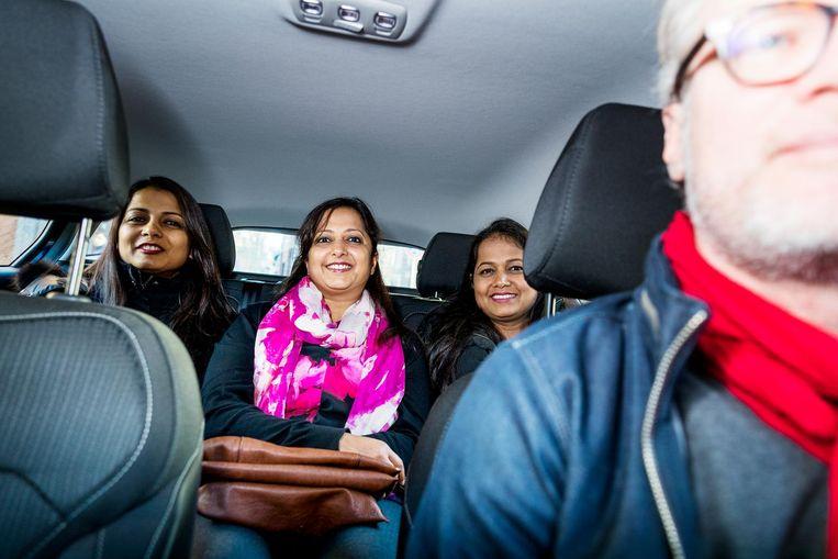 Uberchauffeur Jeroen van Bergeijk met enkele passagiers. Beeld Jiri Buller