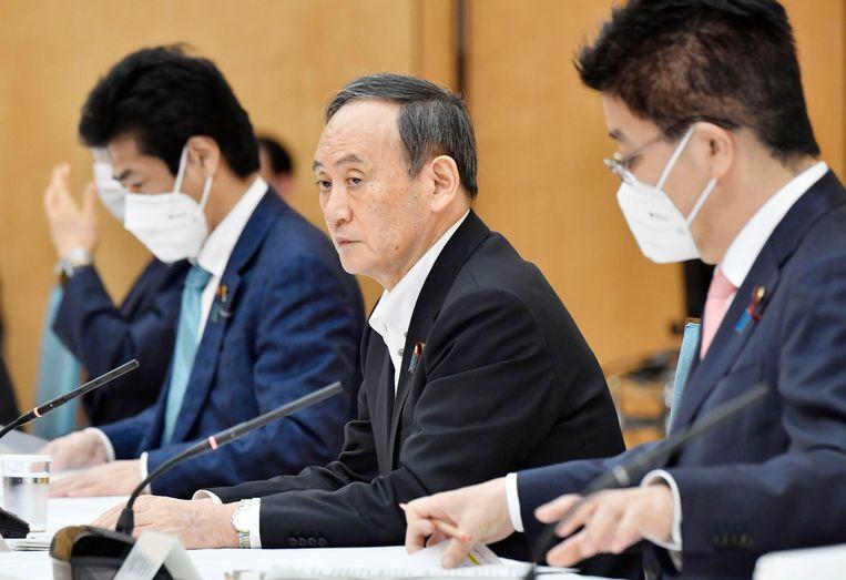 De Japanse premier Yoshihide Suga tijdens een coronaoverleg in Tokio. Beeld AP