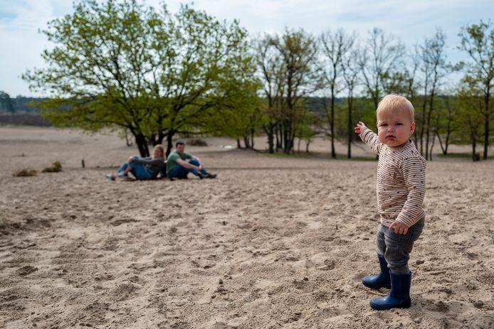 De kleine Ieb Vergauwen geniet nu al van het zand in de Loonse en Drunense Duinen.