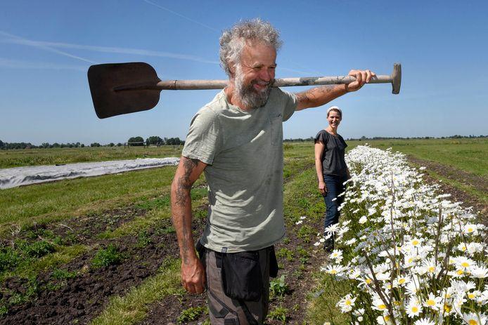 Frank Drissen en Elsbeth van Apeldoorn zoeken opvolgers voor hun biologische tuinderij waar ze groenten, kruiden, kleinfruit en snijbloemen verbouwen.