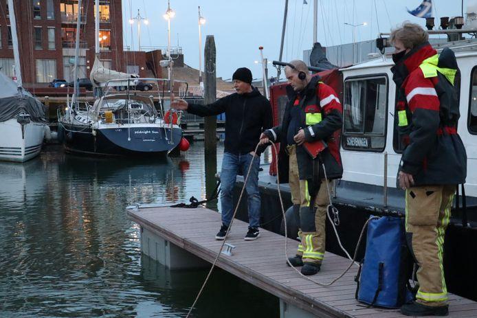 Brandweer duikt telefoon op uit haven in Scheveningen.