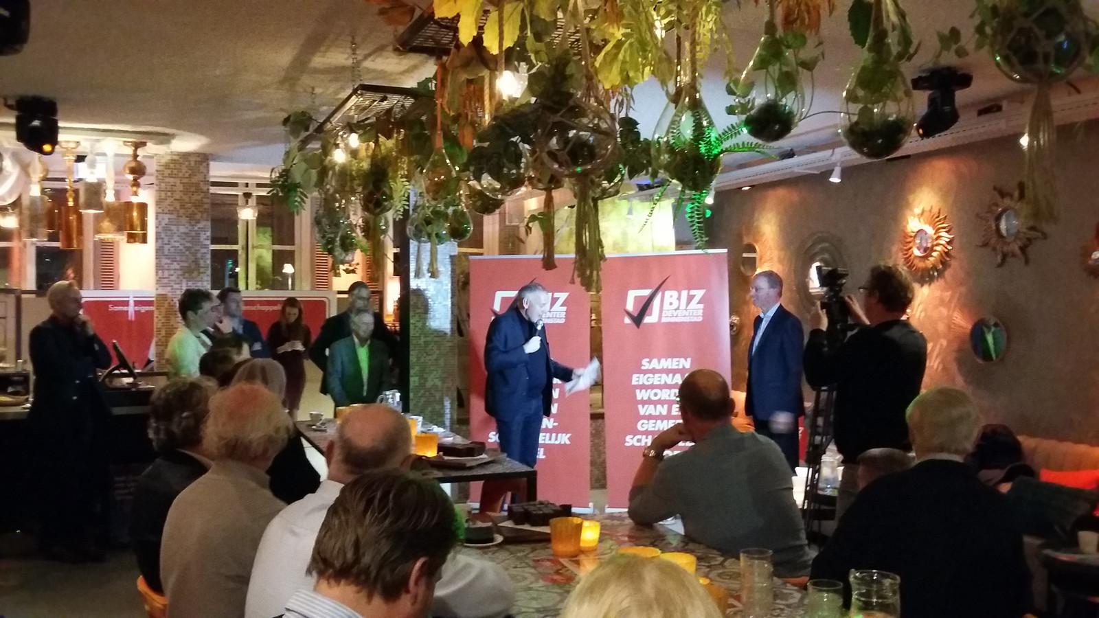 Deventer binnenstadsmanager Peter Brouwer ligt in een uitgelaten St. Tropez aan de Brink de uitslag van de stemming voor het binnenstadsfonds toe. Een meerderheid van ondernemers en vastgoedeigenaren heeft voor het instellen van het fonds gestemd, bleek vanavond.