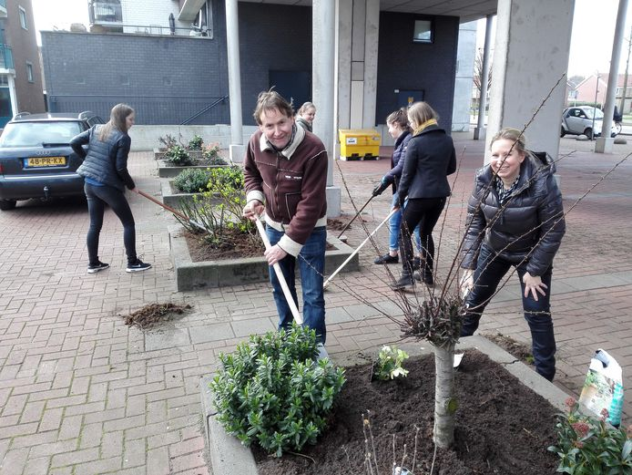 Rint Wagenvoorde (voorgrond) schoffelt met wethouder Saskia Schenk in het kader van NLdoet.