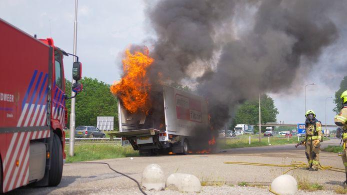 Metershoge vlammen slaan uit de geparkeerde vrachtwagen