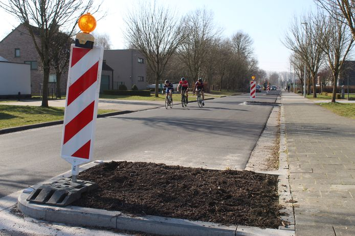 De nieuwe bloembakken in de Blakstraat komen tot halfweg de rijweg.