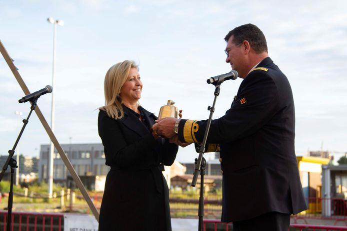Admiraal-commandant Jan De Beurme overhandigt de scheepsbel van de Oudenaarde aan Stephanie Westerlund, dochter van de betreurde Jean-Jacques Westerlund die de stuwende kracht was achter Maritiem Patrimonium en zondag overleed.