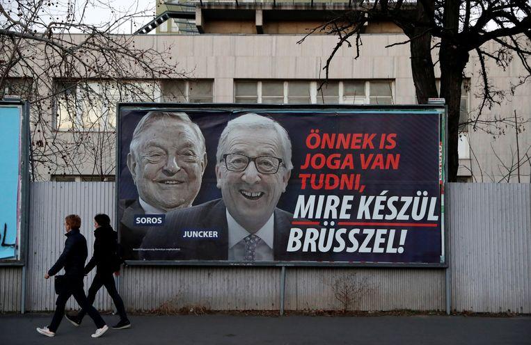 Een campagne van de Hongaarse overheid met Juncker en George Soros in de hoofdrol.  Beeld REUTERS