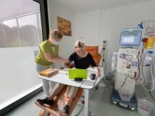 Mieke de Bruin hoeft niet meer naar het ziekenhuis om te dialyseren: 'Het scheelt me ruim een uur per dag'