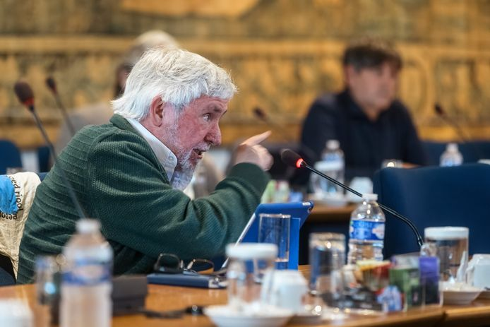 Een felle Louis van der Kallen aan het woord, die de gang van zaken betreurt en opperde de briefing later te doen.