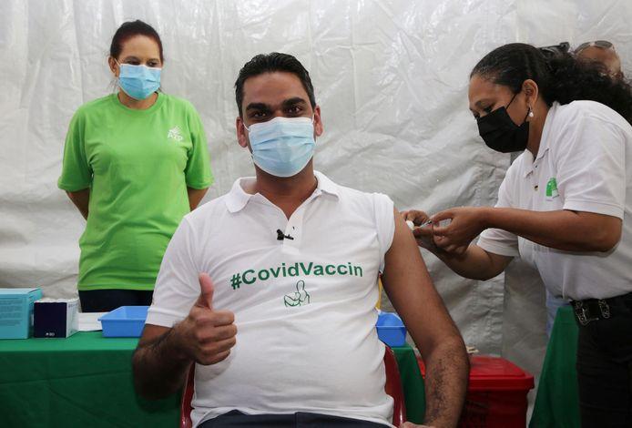 Minister van Volksgezondheid Amar Ramadhin liet zich vorige week demonstratief vaccineren met het AstraZeneca vaccin. Er is veel scepsis en angst in het land over de werking.