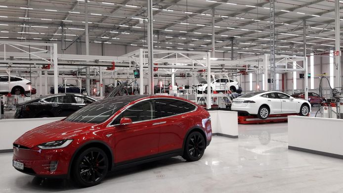 In de Tesla-fabriek in Tilburg worden alle autos voor de Europese markt geassembleerd en getest. De werkzaamheden vergen circa 24 tot 48 uur per auto.