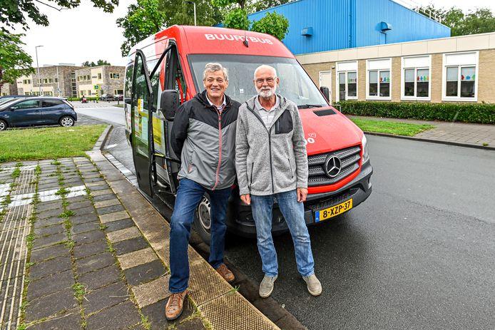 Miel van de Ven, voorzitter Wijkbus Etten-Leur, en chauffeur Ton de Man zoeken collega's voor de wijkbus.
