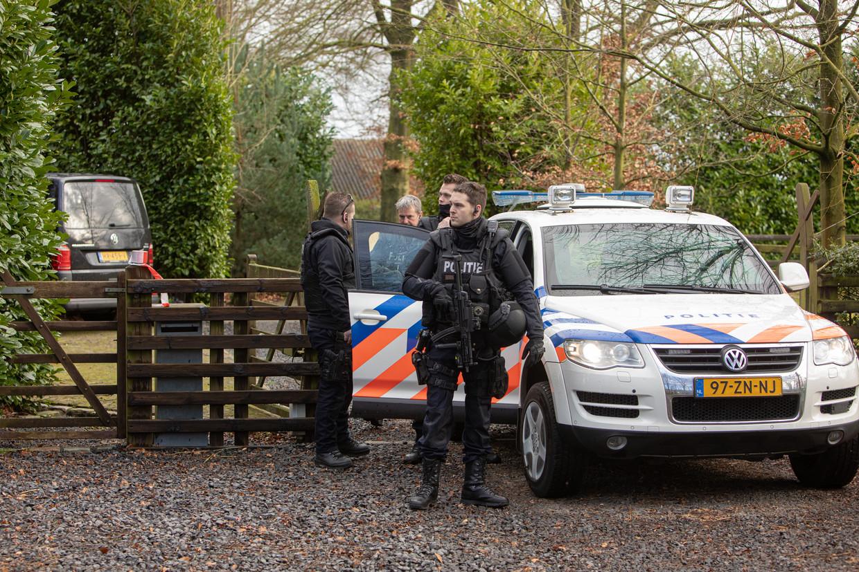 Een politie-eenheid bewaakt in februari een crystalmethlab dat in Eemnes is aangetroffen. Beeld Caspar Huurdeman / Hollandse Hoogte