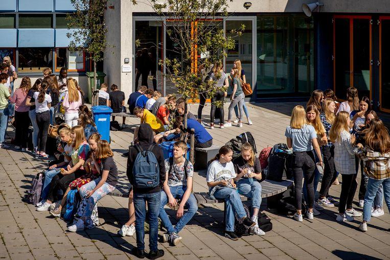 Leerlingen van het Teylingen College Leeuwenhorst tijdens de pauze.  Beeld ANP