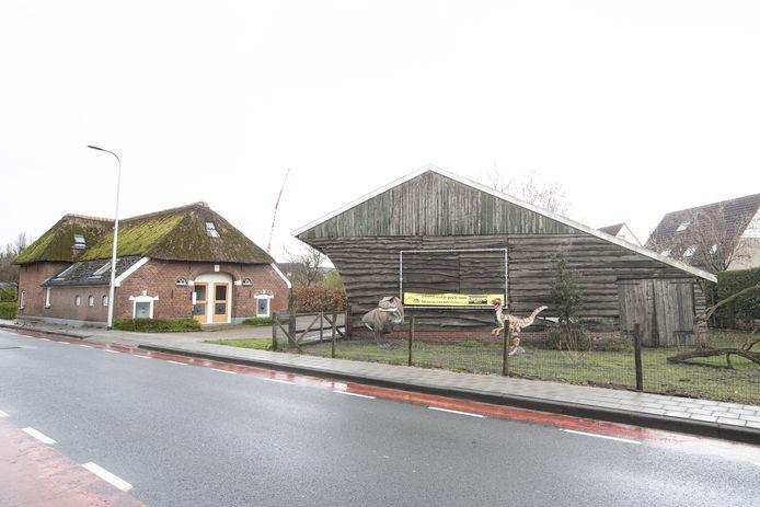 Naast deze boerderij aan de Larenseweg in Holten moet in twee bouwlagen een kleinschalig woonzorgcentrum komen voor gehandicapten. De buurt is tegen omdat het te groot zou zijn.