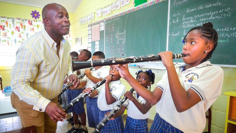 Dennis Aalse is muzikaal leider van het Leerorkest op Curaçao. Beeld Leerorkest