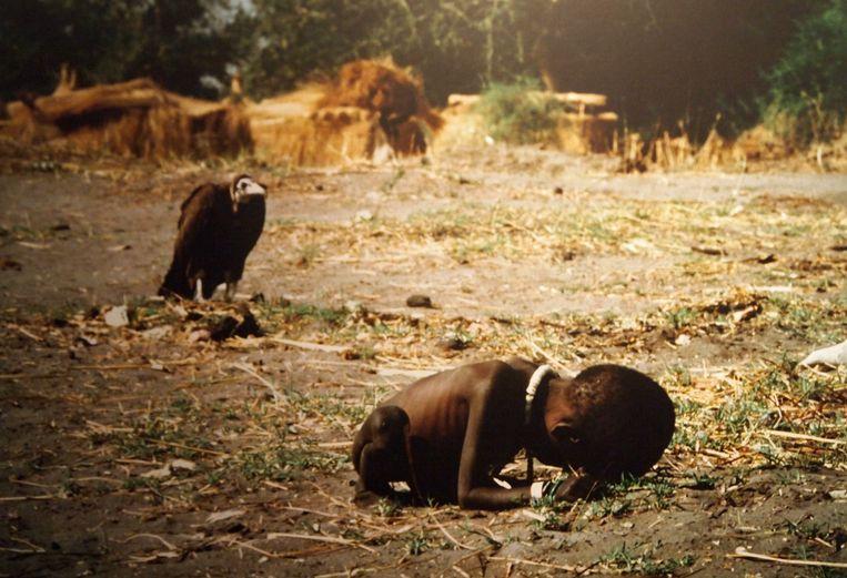 Het meisje en de gier (Kevin Carter, Soedan, 1993). Beeld rv The New York Times / Kevin Carter