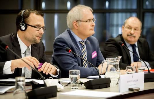 Markus Schiller, Raketexpert, ST Analytics GmbH, Munchen, Pascal Paulissen (M), senior onderzoeker Weapon Systems (hoofdonderzoeker deelrapport TNO) en Louk Absil (R), Directeur Force Protection, TNO tijdens de hoorzitting over de beleidsreactie op de onderzoeksrapporten over de MH17.