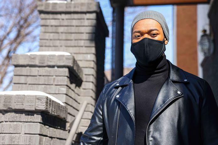 DeAndré Upshaw poseert voor zijn huis in Dallas, Texas. Hij heeft een energierekening van 5.000 dollar (zo'n 4.100 euro) voor zijn appartementje van 83,5 vierkante meter.