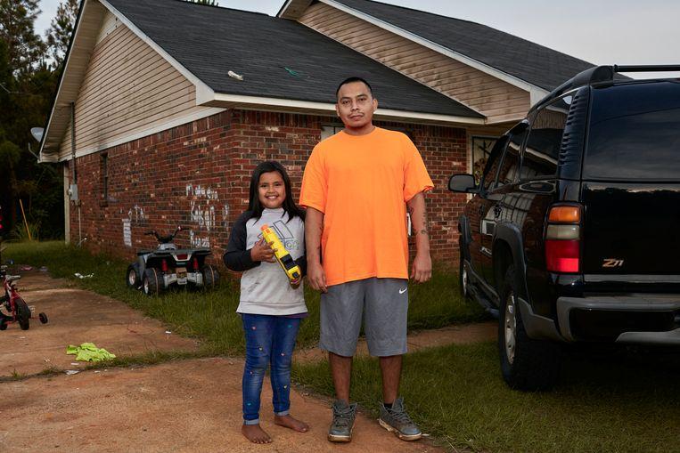 Dustin Isaac met zijn dochter. Beeld Sergio Avellaneda