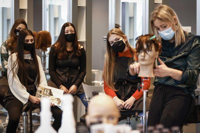 Leerlingen en docenten van de mbo-opleiding Beauty, Hair & Fashion.