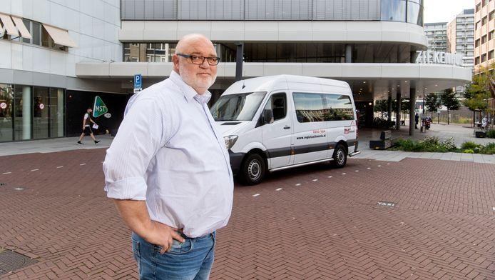 Nierpatiënten die voor een dialyse per taxi naar het MST moeten, zijn vaak te lang onderweg. Omdat elke behandeling fysiek een enorme belasting is, dringt Henk Filipsen aan op duidelijke richtlijnen.