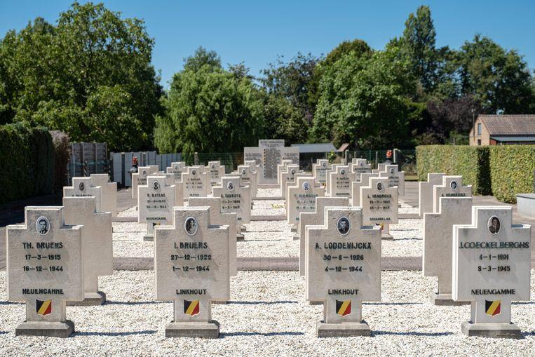 De grafzerken van de slachtoffers in Meensel-Kiezegem. Beeld Wouter Maeckelberghe