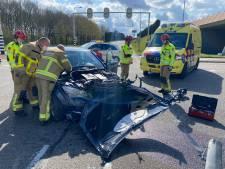 Auto maakt flinke klap op kruising in Harderwijk: gewonde naar ziekenhuis