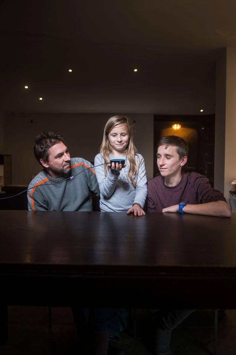 Yves, Geike en Joppe Hannoulle: niets dan lof voor de Amazon Echo. 'Alexa, who is your mum?' Beeld Karel Duerinckx
