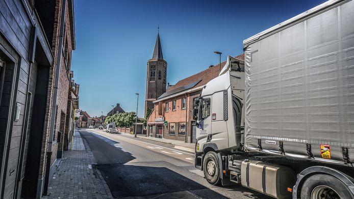 Op de dag van de telling bleken er tussen 17 en 18 uur zomaar eventjes 631 auto's, 86 bestelwagens, 50 vrachtwagens en 17 bussen te passeren in het centrum van Brielen.