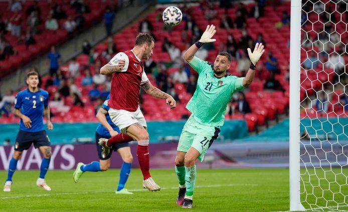 Marko Arnautovic denkt de 1-0 voor Oostenrijk binnen te koppen, maar de VAR annuleert de treffer vanwege buitenspel.