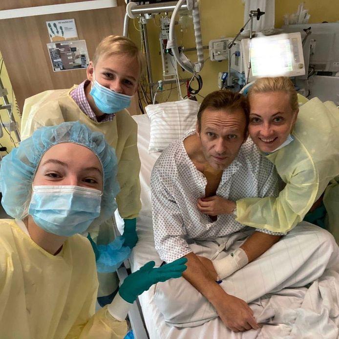 Navalny met zijn familie in het ziekenhuis in Berlijn.