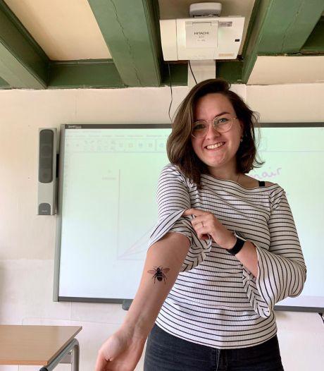 Docent Sophie laat tattoo zetten die ontworpen is door leerlingen en miljoenen kijkers zien het eindresultaat