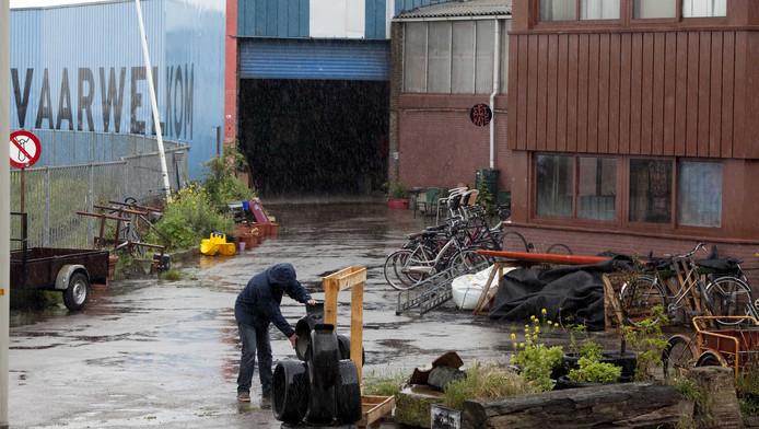 De (oud-)krakers van De Vloek willen niet dat de vrijplaats aan de Scheveningse Hellingweg wijkt voor een topzeilcentrum.