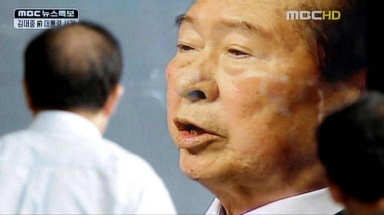 Een Zuid-Koreaan kijkt naar een tv-programma over de dood van de vroegere president Kim Dae-jung. (AP) Beeld AP