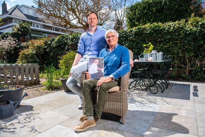 Vader Jan en zoon Jan-Paul Ouwerkerk met de foto van Julius Walchuk, die respectievelijk hun vader en opa bleek te zijn.