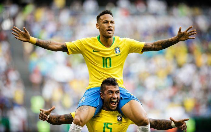 Neymar op de schouders van Paulinho na de overwinning op Mexico in de achtste finale.