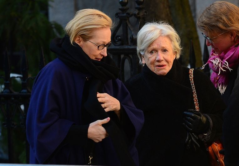 Actrice Meryl Streep (l) arriveert bij de herdenkingsdienst van Philip Seymour Hoffman Beeld AFP